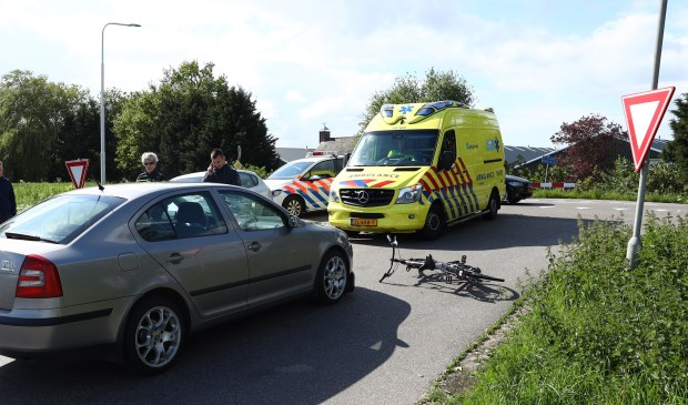 De fietser werd geschept door de auto.