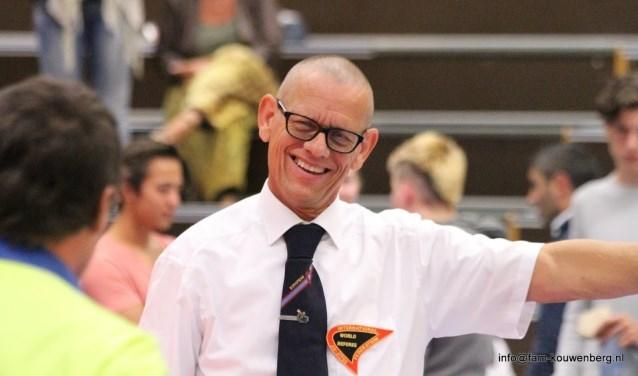 Peter Smid in actie als scheidsrechter. FOTO MARCEL KOUWENBERG