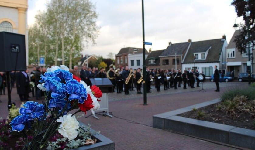Iedere deelnemer ontving van de Scouting Steenbergen een anjer in de kleur van de Nederlandse vlag om bij de graven te leggen aan de Nassaulaan.