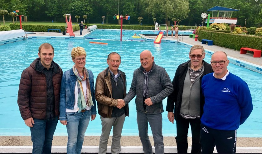 Vertegenwoordiger Anton Koevoets van de Rabobank wordt bedankt door bestuur en badmeester Roeland Appels.