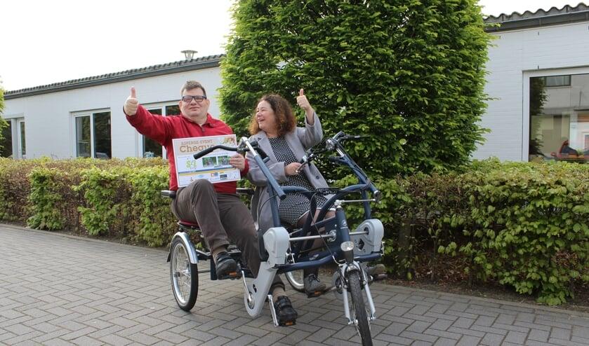 Pieter Hack en Irene van Nassau op de nieuwe duofiets. FOTO S&L ZORG