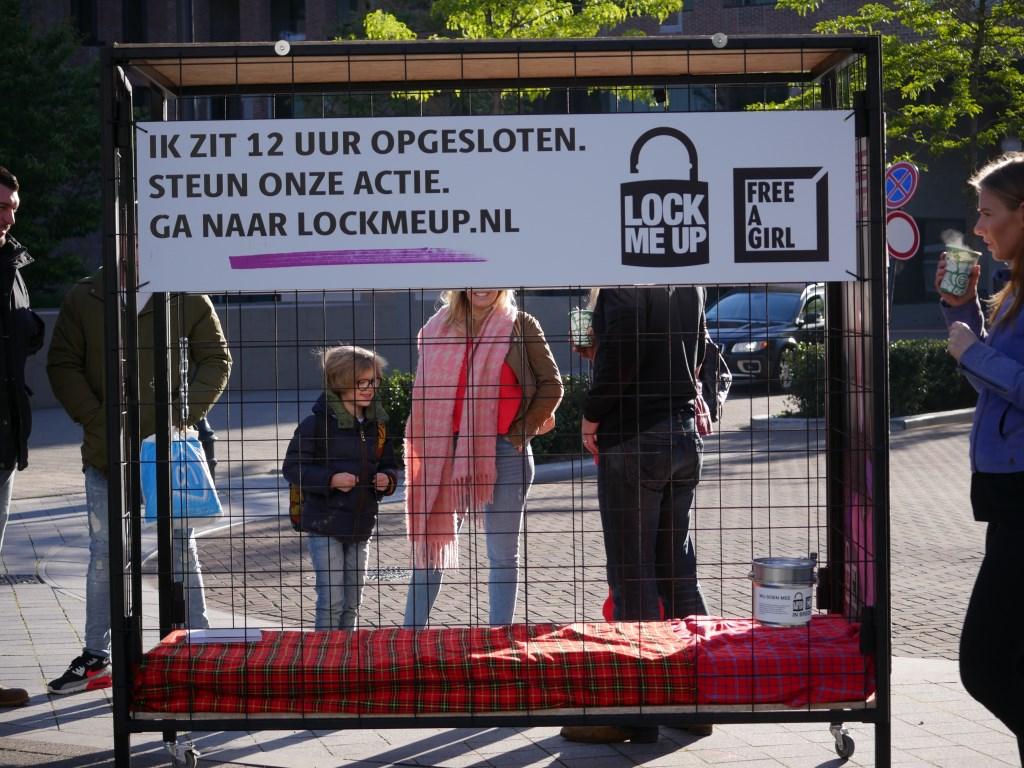 Twaalf uur in een kooi voor actie tegen prostitutie van jonge vrouwen. Foto: Wesley van der Linde © BredaVandaag