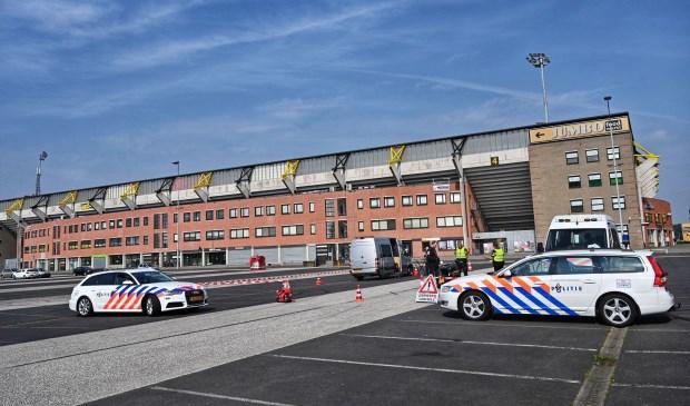 De politie controleert verkeer bij het NAC Stadion.