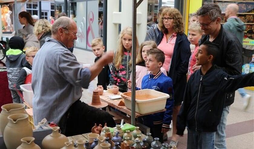 De toeristenmarkt is leuk voor het hele gezin. FOTO G. VAN DAMME