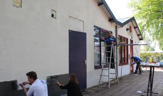 Vrijwilligers werken en schilderen hard door om het dorpshart van Welberg een nieuwe uitstraling te geven. FOTO CLAUDIA KOOLE