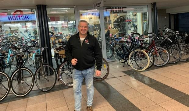 Eigenaar Maurice de Rooij staat zaterdag klaar met verschillende elektrische fietsen waarop een proefritje gemaakt kan worden.