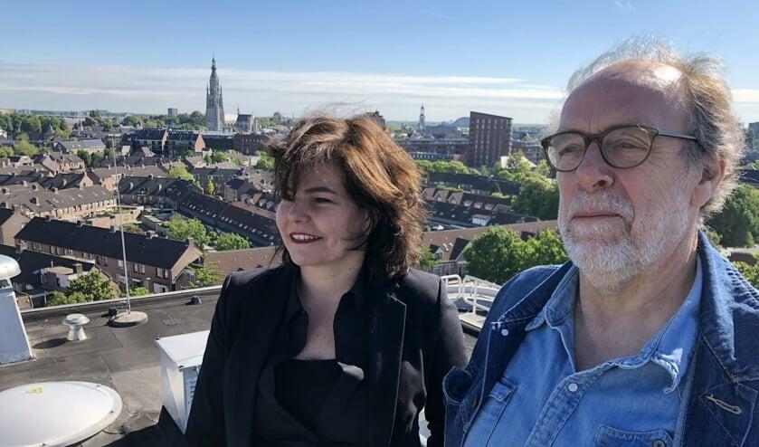Christel Smeets en Henk Schol van het StadsLab presenteren een boek over de ontwikkeling van de stad. FOTO WIJNAND NIJS