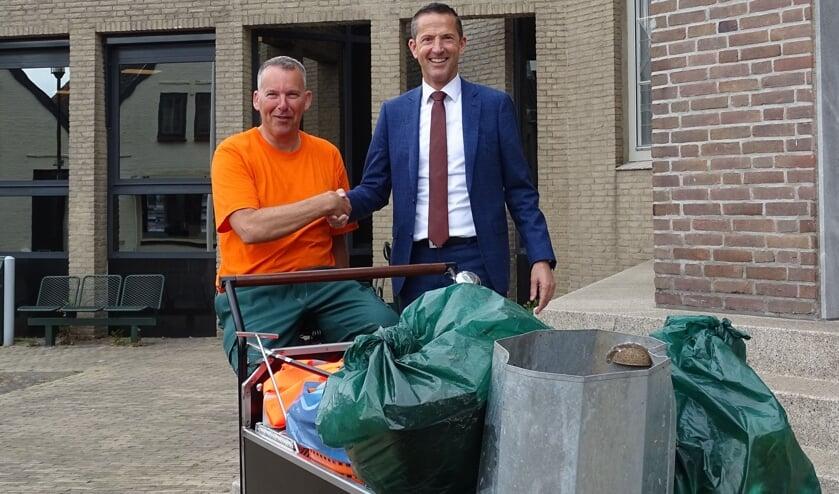 Robin Valentijn en wethouder Jon Herselman van de gemeente Kapelle.