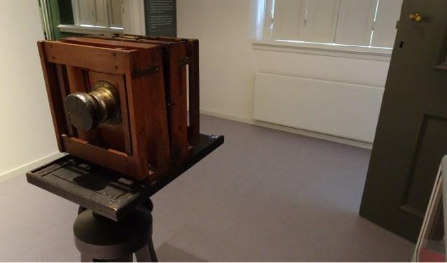 Een oud fototoestel dat te zien is in het Tongerlohuys