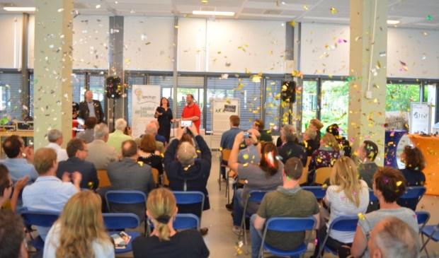 Confetti bij de uitreiking van de certificaten.