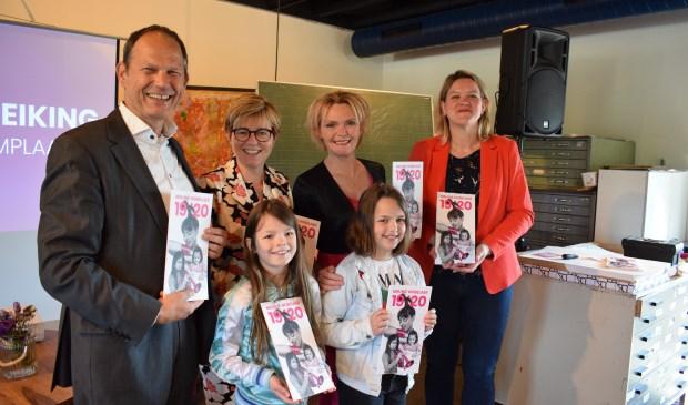 Vlnr Jan Paantjes, Miranda de Vries, Hilda Vliegenthart, Colinda Vergouwen. Op voorgrond Amber Janssen en Jans van Baal. FOTO STELLA MARIJNISSEN