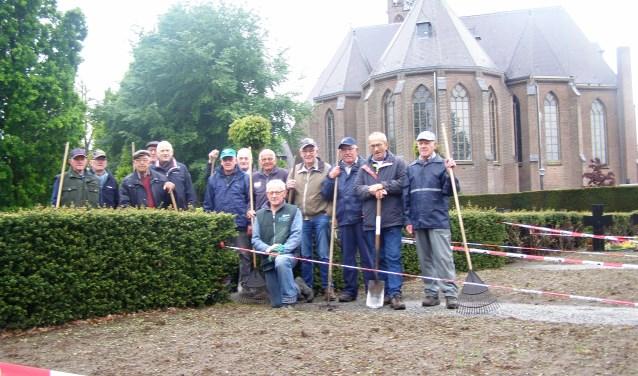 De vrijwilligers die de begraafplaats het hele jaar door onderhouden.