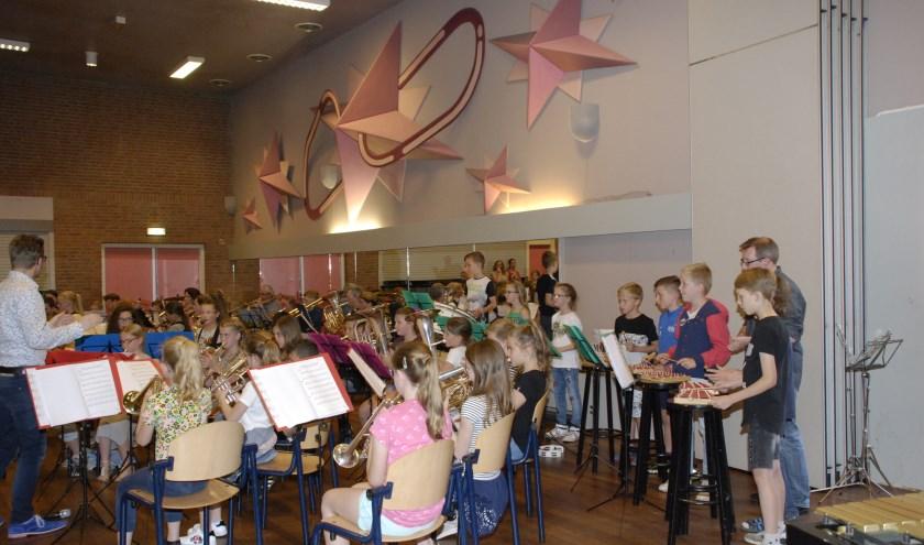 Basisschool Uniek en muziekvereniging St. Caecilia tijdens de afsluiting van het muziekproject.