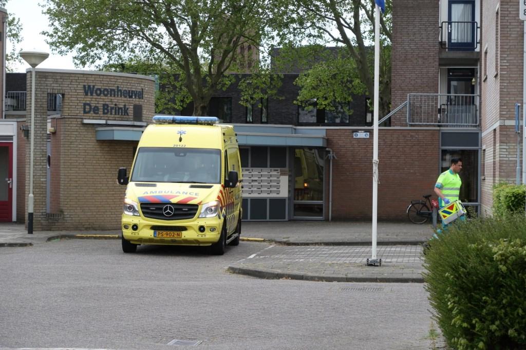 De ambulance is ter plekke gekomen voor de gewonde zoon.  Foto: Perry Roovers © BredaVandaag