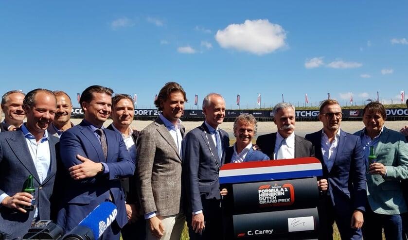 CEO Jeroen van Glabbeek van CM.com (vooraan tweede van links) bij de presentatie van de Formule 1-race van Zandvoort.