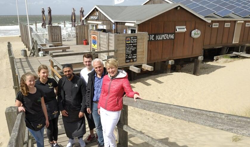 Het enthousiaste team van strandpaviljoen de Boomerang.