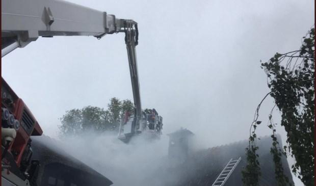 De brand werd onder andere door een hoogwerker besteden.