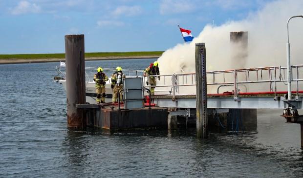Het jacht van ongeveer 15 meter staat volledig in brand.