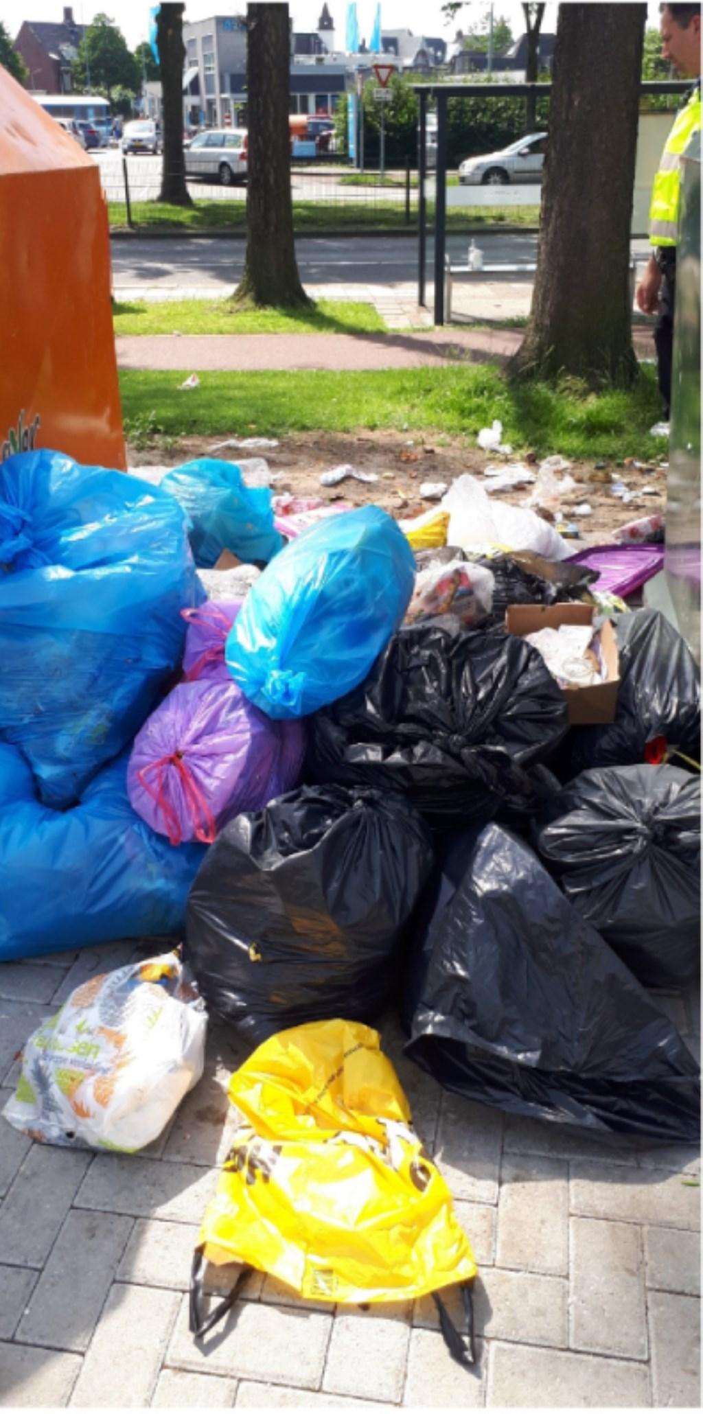 Er lag een enorme hoop afval naast de containers.  Foto: Handhaving Roosendaal © Internetbode
