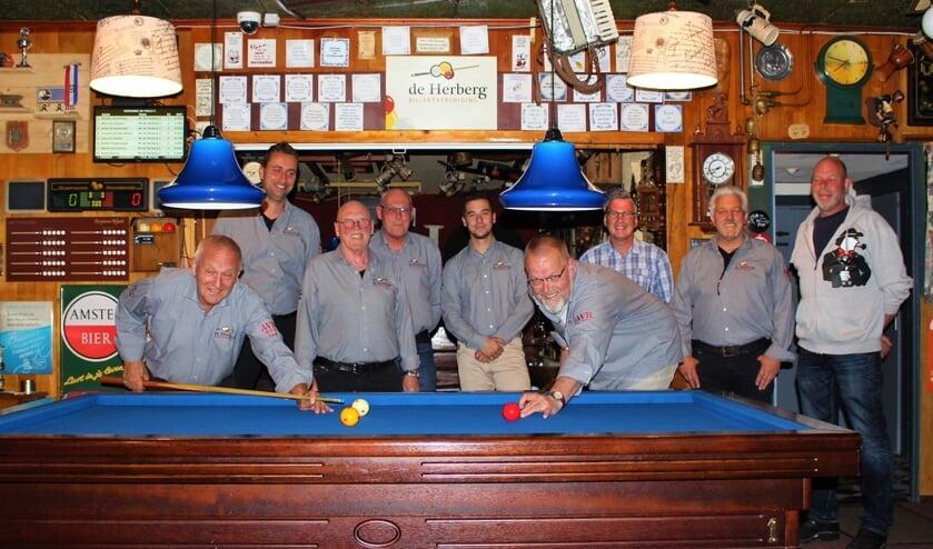 Leden van De Herberg in hun nieuwe overhemden.