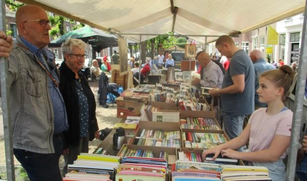 Er werden vele boeken verkocht op de markt.  Foto: Ties Steehouwer © Internetbode