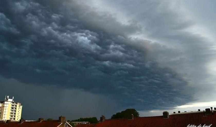 Donkere wolken tijdens een van de stortbuien van afgelopen week.