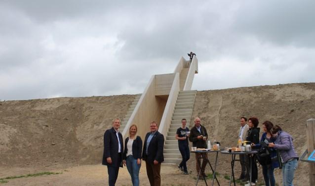 Wethouders Evert Weys, Esther Prent en Patrick van der Velden bij de nog naamloze trap op Fort Henricus in De Heen.