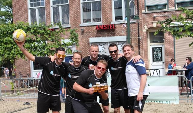 Het team van Autoschadeteam Van Gils volleybalde op de Markt in Steenbergen met een proost.