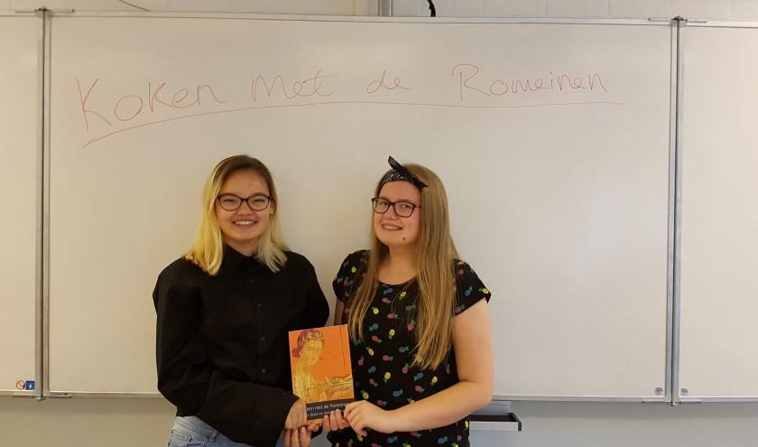 Elise en Joanieke met hun boek.