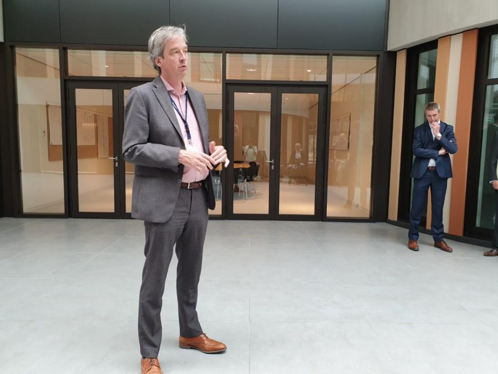 Jasper Meijer, directeur nieuwbouw, geeft de rondleiding. Foto: Hanneke Marcelis © BredaVandaag