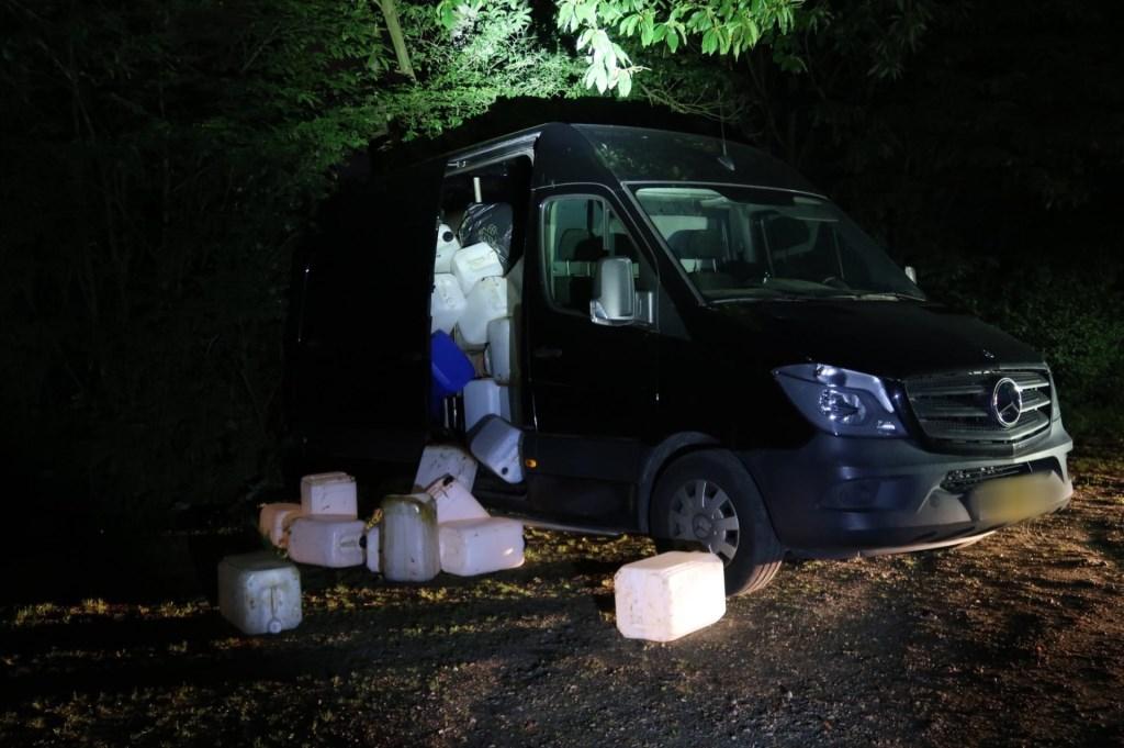 Een bus vol vaten werd aangetroffen bij de Galderse Meren. Waarschijnlijk resten van drugsproductie.