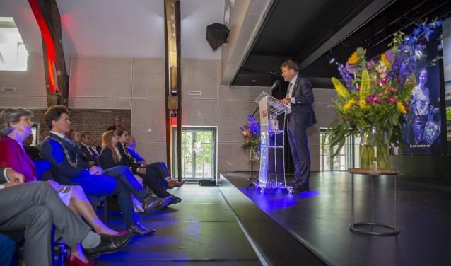 Tini Pheninckx, lid van de raad van bestuur spreekt de gasten toe. Burgemeester Depla zit op de eerste rij. Jorgen Janssens/StadsFotograaf Breda © BredaVandaag