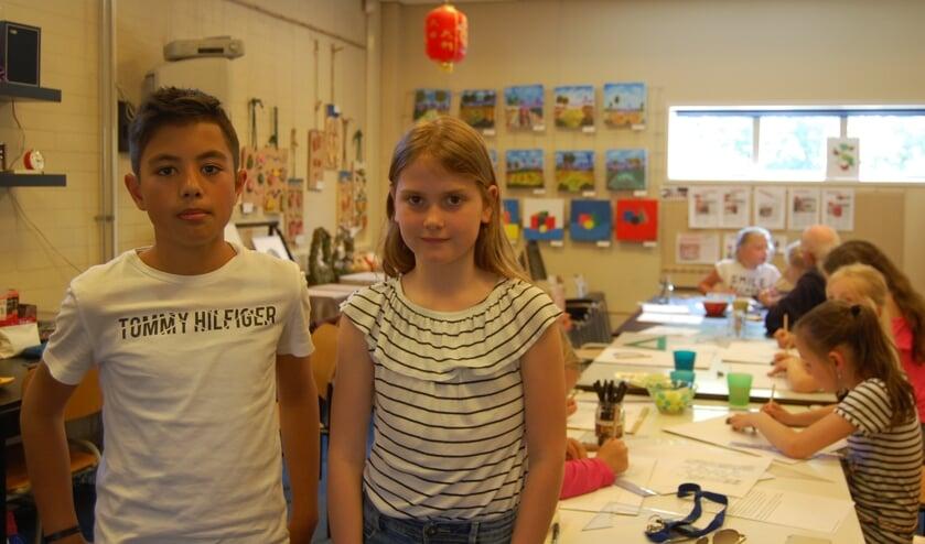 Pati en Lisa zijn creatief bezig bij Art4Kids.