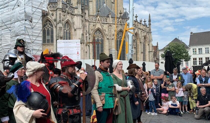 De historische figuren hebben zich voor de opening op de Grote Markt verzameld.