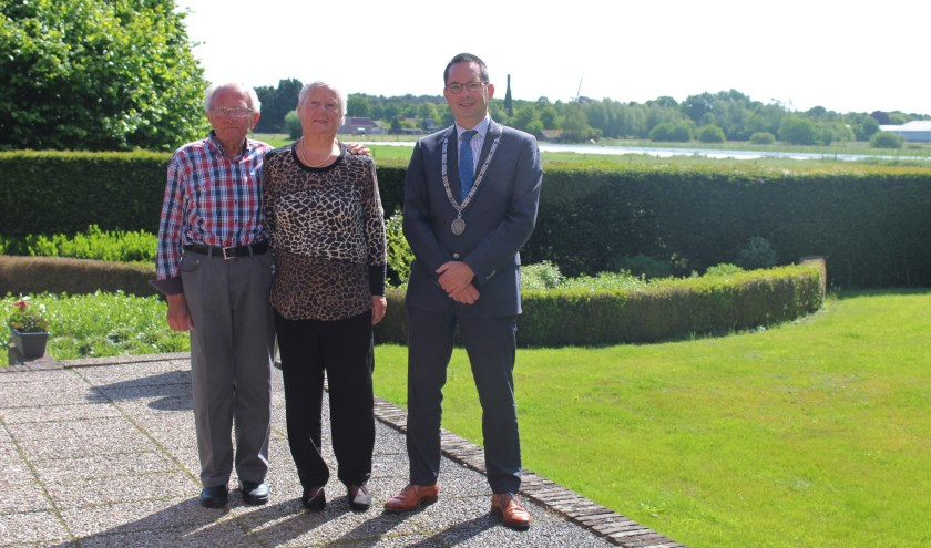 Sjef en Dini Plompen-Stoffels kregen bezoek van burgemeester Steven Adriaansen, die hun feliciteerde met hun diamanten bruiloft. FOTO JOSÉ VAN DER WEGEN