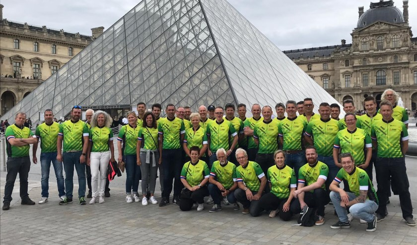De Moerdijkriders bij 'het Louvre' in Parijs.