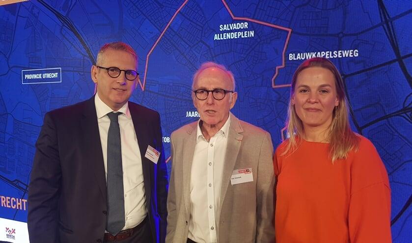 Burgemeester Ruud van den Belt en wethouder Esther Prent tijdens de presentatie in Breda samen met oud-Vuelta winnaar Joop Zoetemelk. FOTO GEMEENTE STEENBERGEN