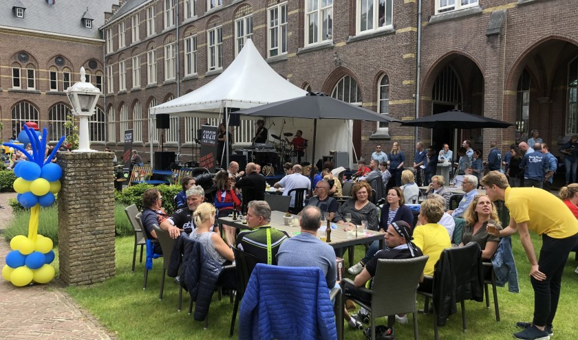 Live-muziek, sfeer en gezelligheid bij Bovendonk als centrum van de fietsvierdaagse.