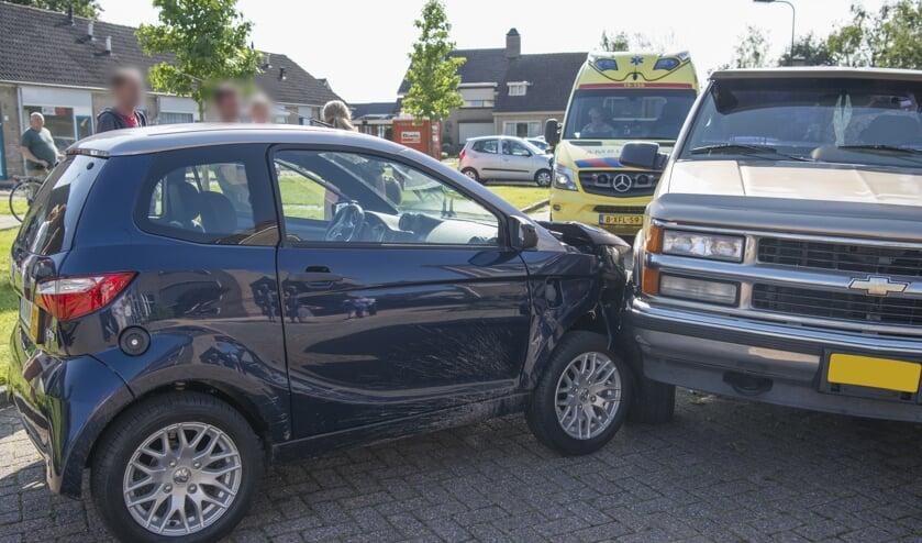 De 45km-auto reed tegen een geparkeerde auto aan.