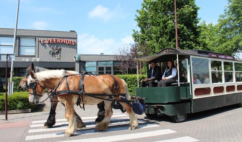 Een oudheid herleeft in Oud Gastel met de paardentram langs 't Veerhuis met eigen paard op de gevel.