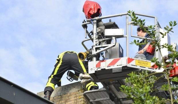 Met een hoogwerker konden de hulpverleners bij de schoorsteen komen.