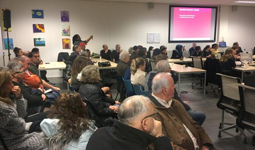 Tientallen belangstellenden bij de raadssessie over Werk aan de Wijk eind 2017.