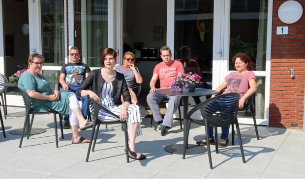 Bewoners Silvanna, Joan en Femke, gastvrouw Mireille, bewoner Roger en begeleidster Lucie (vlnr).