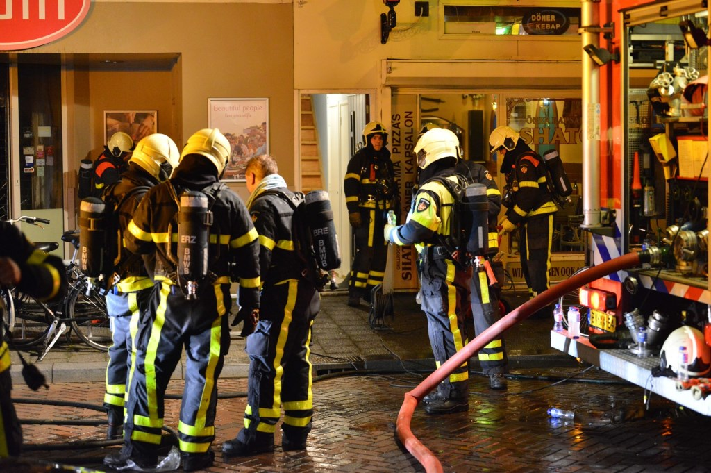 De brandweer blust bij supermarkt Odin.