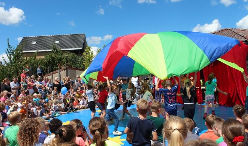 Basisschoolleerlingen lieten een spectaculaire dansact met doek zien op de circusmiddag van De Zonneberg in Kruisland