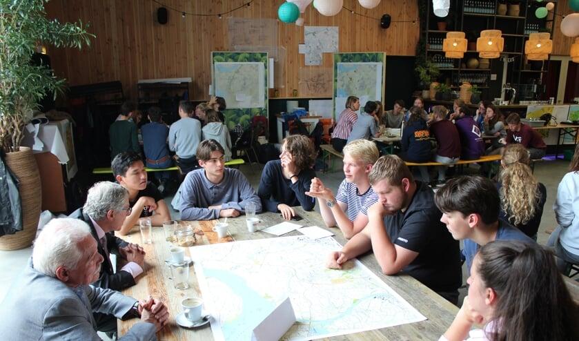 Bert van Kesteren en Theo van Es spreken met een aantal studenten over de actuele situatie in gemeente Steenbergen.