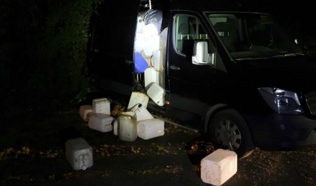 Een bus vol vaten werd aangetroffen bij de Galderse Meren. Waarschijnlijk resten van drugsproductie. Foto: Perry Roovers / SQ Vision © BredaVandaag