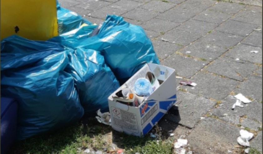 Het afval werd naast een container aangetroffen.
