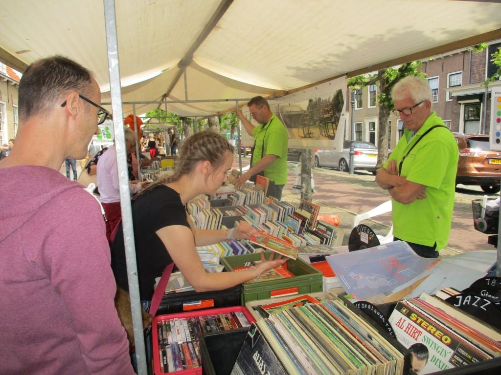 Er werden vele boeken verkocht op de markt.