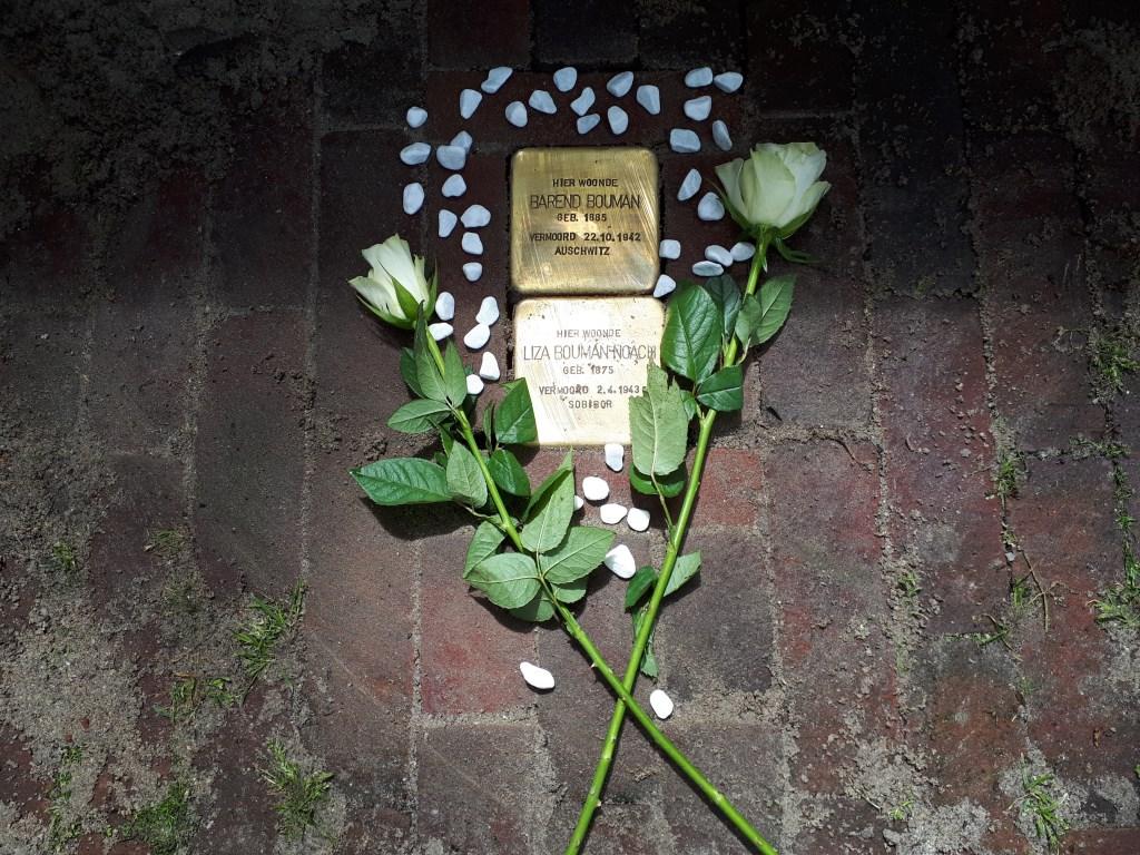 De struikelstenen eren in de Lepelstraat Barend Bouman en zijn echtgenote Liza Noach. Foto: Britta Janssen © Internetbode